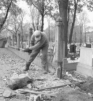 Nowe ogrodzenie cmentarza wkrótce będzie gotowe.  Fot: Sylwester Witkowski