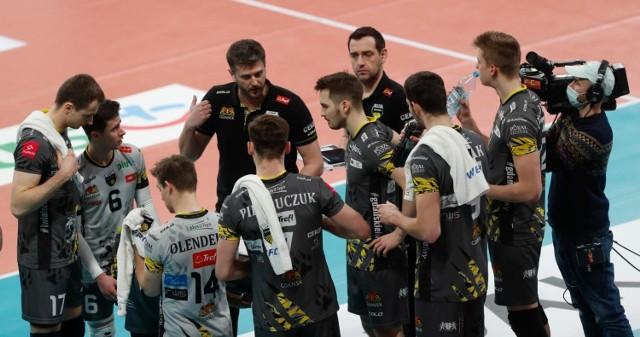 Na zakończenie sezonu 2020/2021 Trefl Gdańsk dwukrotnie przegrał z Asseco Resovią i zajął szóste miejsce w PlusLidze