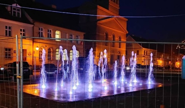 Na placu przy Ratuszu trwają ostatnie prace wykończeniowe, jednak przedsmak tego co będzie na Rynku mieliśmy podczas próbnego uruchomienia fontanny.