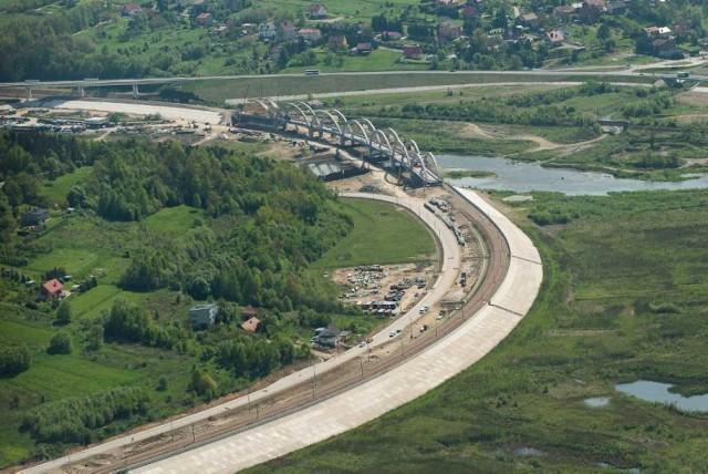 Od kilku miesięcy w rejonie zapory wodnej w Świnnej Porębie trwa budowa nowych wiaduktów kolejowych i zupełnie nowego odcinka torów Stryszów-Zembrzyce, który stanowi fragment linii kolejowej Kraków-Zakopane.  Inwestor, Regionalny Zarząd Gospodarki Wodnej w Krakowie musi przełożyć tory, bo dotychczasowe znajdą się pod wodą gdy zbiornik Jeziora Mucharskiego wypełni się wodą.  Inwestycja wykonywana jest w ramach budowy zbiornika wodnego Świnna Poręba. Prace idą we wręcz ekspresowym tempie. Całość ma być gotowa pod koniec roku.  Zdjęcia lotnicze, wykonane na przekładanym przez Skanska odcinku linii kolejowej Stryszów-Zembrzyce, będącym fragmentem linii kolejowej Kraków-Zakopane. Inwestycja powstaje jako część prac przy zbiorniku wodnym Świnna Poręba.
