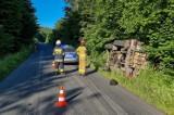 Wypadek dźwigu na drodze w Makowej w powiecie przemyskim. Pojazd przewróciłsiędo rowu [ZDJĘCIA]