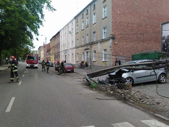 Do zdarzenia doszło na ul. Polnej w Chełmnie. Kierowca renault scenic uderzył autem w słup energetyczny. W wyniku zdarzenia zerwana została linia energetyczna. Kierowcy nic się nie stało.