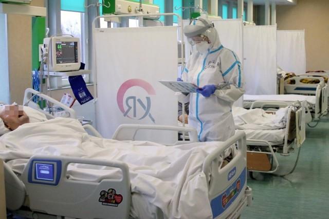 """W galerii wyjaśniamy, ile kosztuje leczenie pacjentów z COVID-19 w szpitalach tradycyjnych i tymczasowych, jak dużo pieniędzy placówki dostają za gotowość do leczenia i czy w szpitalach tymczasowych opłaty za leczenie łączą się z tymi za dostępność.  Kliknij w przycisk """"zobacz galerię"""" i przesuwaj zdjęcia w prawo - naciśnij strzałkę lub przycisk NASTĘPNE."""