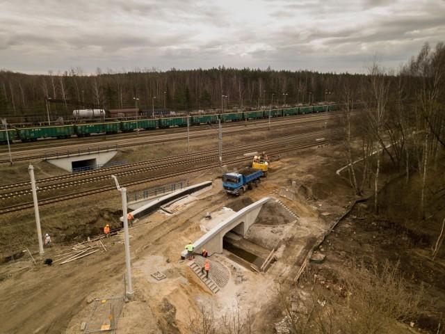 W kwietniu wykonawca rozpoczął roboty na 11-km odcinku między Siewierzem a terenem przyszłej stacji Pyrzowice Lotnisko. Przy pomocy maszyn przygotowywany jest teren do ułożenia nowego toru  Zobacz kolejne zdjęcia. Przesuwaj zdjęcia w prawo - naciśnij strzałkę lub przycisk NASTĘPNE