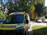 Kobieta wypadła z okna na II piętrze bloku na Teofilowie. Cudem przeżyła i... poszła do sąsiadki po pomoc