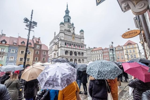 Wrzesień, czyli koniec lata nie musi być nudny i przygnębiający. Co prawda jesień nadchodzi coraz żwawszym tempem, ale zanim włączymy w domach i mieszkaniach kaloryfery, które corocznie przypominają nam o mijającym czasie i żółtych, jesiennych liściach, to warto ostatni raz w 2021 roku poczuć letni powiew wiatru i wielkopolskich atrakcji. Ilość wydarzeń przygotowanych zarówno w Poznaniu, jak i w pozostałych miastach Wielkopolski trafi w przeróżne gusta, od miłośników jarmarków, po koncertowiczów, na fanach kultury ludowej kończąc.  Sprawdź najciekawsze sierpniowe wydarzenia --->