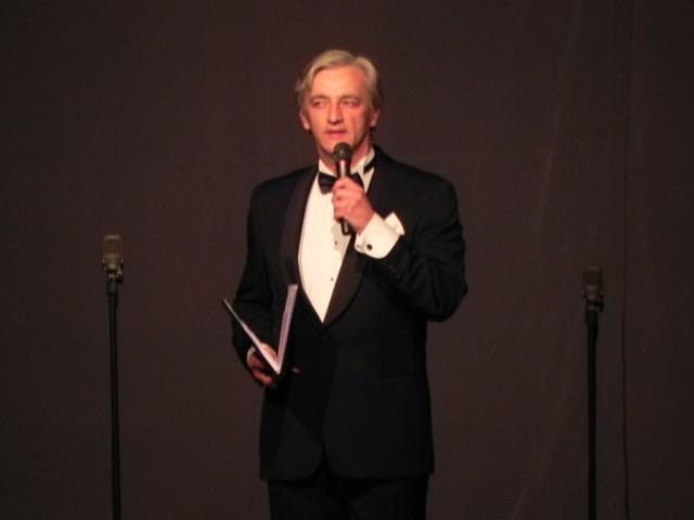 """Jan Krzysztof Szczygieł prowadzi koncert """"Mazowsza"""" w Ostrowcu Świętokrzyskim (maj 2011 r.)."""