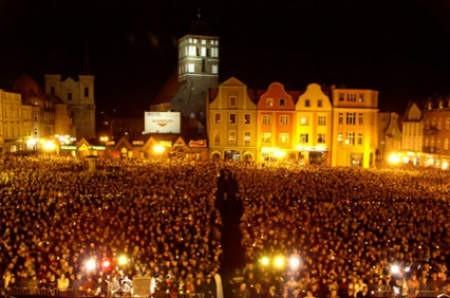 Kilkaset tysięcy mieszkańców Chojnic i okolic wzięło udział we mszy św. w intencji Papieża jaka odbyła się kilka dni po Jego śmierci na chojnickim Starym Rynku.