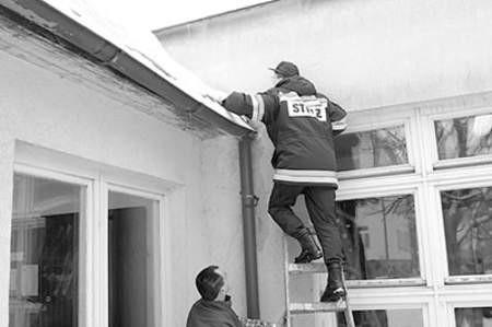 Nawet strażak Piotr Niedbał miał problemy z wejściem na dach SP nr 7.  Olgierd Górny