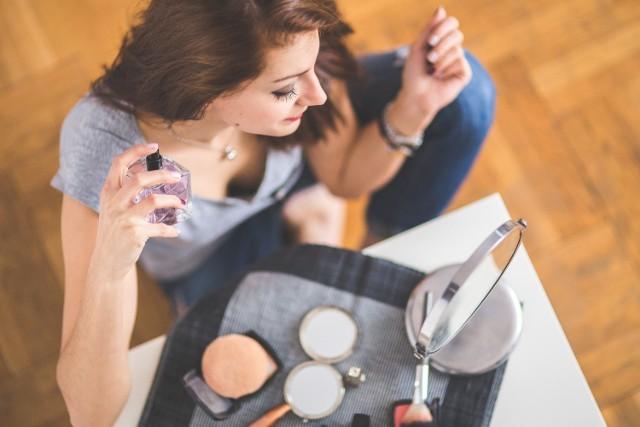 Przy stosowaniu perfum ważna jest nie tylko zużyta ilość, ale także wybór odpowiednich miejsc na ciele. Jak i gdzie aplikować perfumy, aby cieszyć się ich zapachem przez wiele godzin?