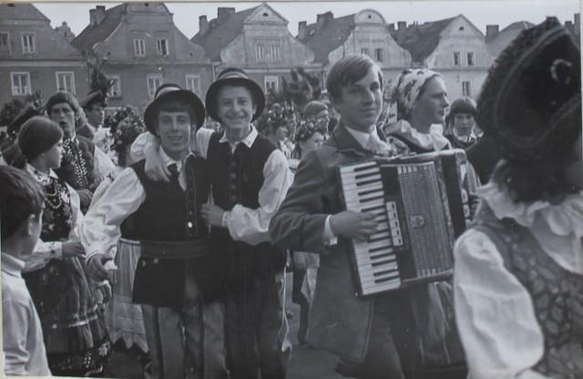 22 maja 1975 roku rozpoczęła się w Łomży kolejna edycja Święta Kultury Staropolskiej, sztandarowej imprezy kulturalnej w mieście, odbywającej się w maju od początku lat 70-tych XX wieku.   Nieodłącznym elementem imprezy był barwny korowód młodzieży przebranej w stroje historyczne, koncerty, spotkania, sesja naukowa.   Fotografie pochodzą ze zbiorów Regionalnego Ośrodka Kultury następcy Powiatowego Domu Kultury w Łomży, głównego organizatora imprezy