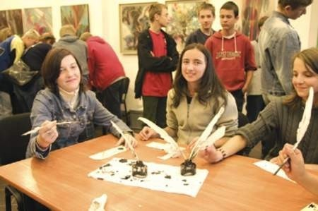 Dużym zainteresowaniem cieszyły się również organizowane w Książnicy Cieszyńskiej w ciągu weekendu wielokrotnie warsztaty o tym, jak powstaje papier czerpany.