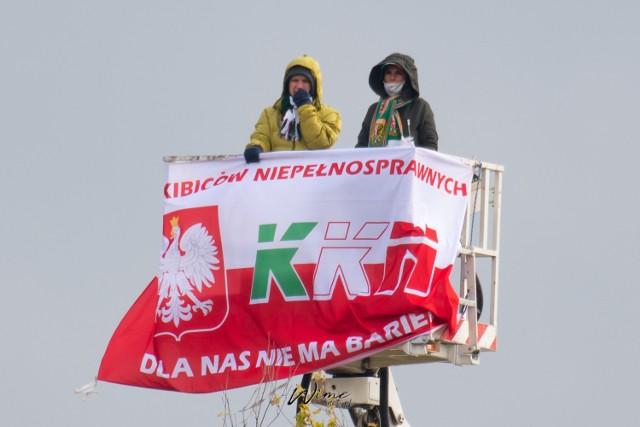 Tomasz Żółkiewicz, żarski przedsiębiorca, wynajął podnośnik koszowy, żeby obejrzeć mecz ukochanej drużyny