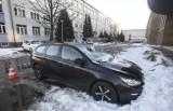 Zaparkował auto przed budynkiem w Rzeszowie. Topniejący lód wybił mu szybę i poważnie uszkodził dach. Co w takiej sytuacji robić?