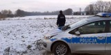 """Opolscy policjanci w ramach działań """"Bezpieczne ferie"""" kontrolują rejony zbiorników wodnych na terenie powiatu"""