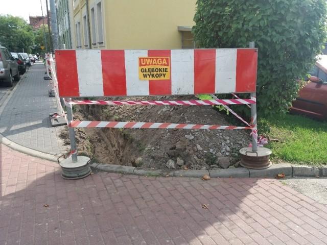 Głębokie wykopy na Staszica. Na przeciwko ,,Ekonomika''. Kierowcy, noga z gazu.