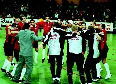 Po ostatniej syrenie chorzowscy piłkarze cieszyli się wraz z trenerami i publicznością. BOGDAN KUŁAKOWSKI