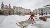 Odkurzanie śniegu dmuchawami do liści na rynku w Piotrkowie. Jest odpowiedź ZDiUM. Czysty Monty Python! [ZDJĘCIA]