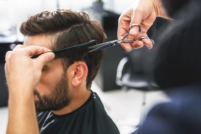 Na jakie uczesanie powinni zdecydować się panowie, który za sprawą fryzury chcą sobie odjąć lat?  ZOBACZ NA KOLEJNYCH SLAJDACH