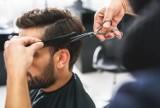 Fryzury męskie, które są modne i odmładzają. Te fryzury dla mężczyzn nie tylko odejmą lat, ale i wywołają efekt wow! ZDJĘCIA