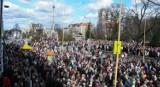 Tłumy na odsłonięciu pomnika Jana Pawła II w Stargardzie 15 lat temu. Mieszkańcy, księża, władze
