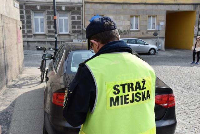 Straż miejska wystawia mandaty kierowcom parkującym na wylocie z ulicy Sempołowskiej.