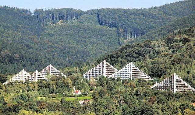 Uzdrowisko zajmuje obszar 17 tys. hektarów na zalesionym zboczu Równicy i otoczone jest parkiem.