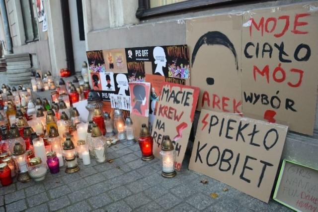 Hasła Strajku Kobiet pod biurem PiS w Piotrkowie to nie obraza uczuć religijnych - uznała prokuratura