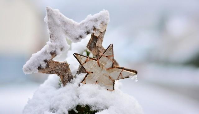Grudzień to magiczny czas, w którym przygotowujemy się do Świąt Bożego Narodzenia. Z każdym kolejnym dniem coraz bardziej udziela nam się świąteczna aura potęgowana świątecznymi dekoracjami. Jednak przystrojone ulice czy choinki w centrach handlowych to nie wszystko. Nie ma pełnego przygotowania bez... świątecznych piosenek! Święta bez tych przebojów to nie święta. Większość hitów jest ponadczasowych, których słuchamy już od wielu lat.  Przejdźcie dalej i wczujcie się w klimat zbliżających się świąt! >>>