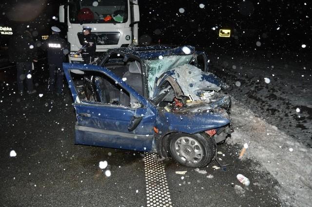 W wyniku zdarzenia śmierć na miejscu poniósł 26-letni kierowca osobowego auta, a dwie podróżujące z nim osoby, w wieku 27 i 37 lat doznały poważnych obrażeń. Kierującemu ciężarówką nic się nie stało.  Atak Anonymous na polskie strony rządowe. Polska rewolucja rozpoczęta