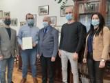 Burmistrz Kalwarii Zebrzydowskiej wspiera producentów obuwia, w których mocno uderzył kryzys związany z epidemią koronawirusa [ZDJĘCIA]