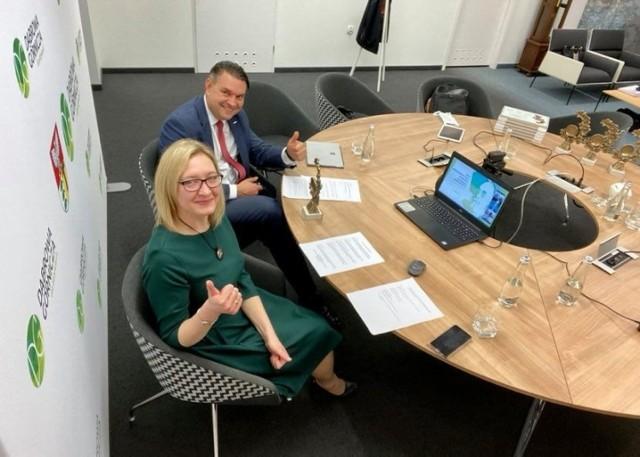 Marcin Bazylak, prezydent miasta, i Ewa Fudali-Bondel, pełnomocnik prezydenta ds. rozwoju gospodarczego, podczas ogłoszenia wyników.