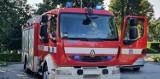 Brzeszcze. Pożar samochodu osobowego na parkingu sklepu Netto. Na miejscu strażacy z Oświęcimia i ochotnicy z Brzeszcz
