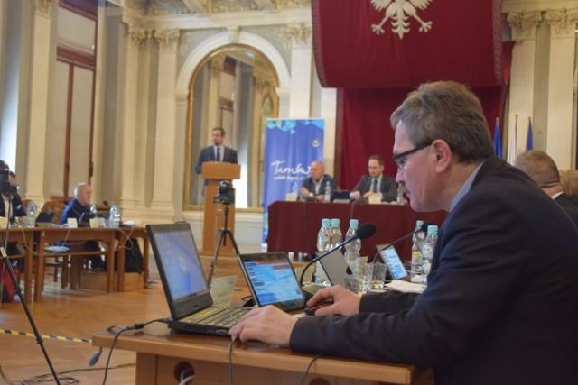 Radni używają tabletów i laptopów. Sesja ma jednak odbyć się tradycyjnie, a nie przez łącze internetowe