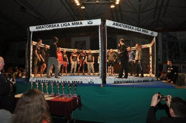 21 kwietnia o godzinie 19 w hali Zespołu Szkół Technicznych w Puławach odbędzie się druga już puławska gala MMA. Organizatorzy zapowiedzieli, że w siedmiu walkach zawodnicy z Puław zmierzą się z wojownikami m.in. z Lublina, Krakowa i Warszawy. Odbędą się też dwie walki kobiece.   - To walki na zasadach UFC - oznacza to, że nie zabraknie łokci i kolan czyli najbardziej widowiskowych technik w mieszanych sztukach walki – zapowiada organizator gali Kaptór.