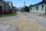 Zniszczona nawierzchnia dróg w Łazach. Planowany jest remont