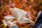 Oto najlepsze książki na jesienne wieczory! Sprawdziliśmy, co czytają Polacy. TOP 15 najpopularniejszych książek w zestawieniu Empiku