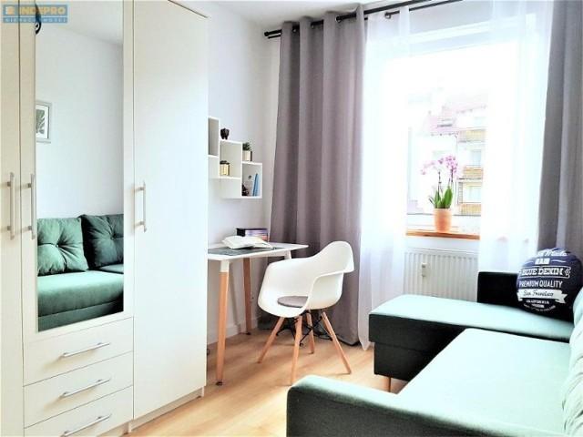 We Wrocławiu można znaleźć wiele atrakcyjnych mieszkań i pokojów za nieduże pieniądze. Dla wszystkich poszukujących lokum wybraliśmy najciekawsze oferty wynajmu z serwisu Gratka.pl. Z każdego ogłoszenia prezentujemy po dwa zdjęcia, a oferty ułożono od droższych do tańszych.  Zobacz oferty ------->