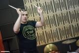 """Warsztaty perkusyjne z Tomaszem """"Żabą"""" Mądzielewskim w Grudziądzu [wideo, zdjęcia]"""
