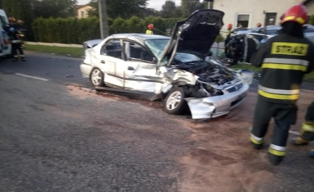 Trzy osoby i pies zostały poszkodowane w zderzeniu dwóch samochodów