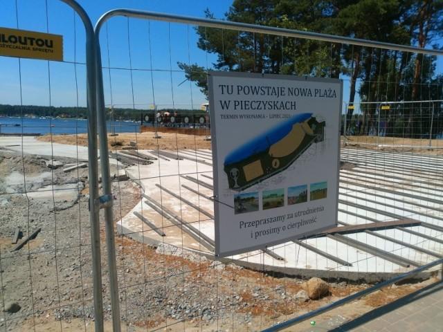 Pracy na kąpielisku jeszcze dużo. Na główną plażę w Pieczyskach wstępu nie ma. Tak jest tutaj od maja.