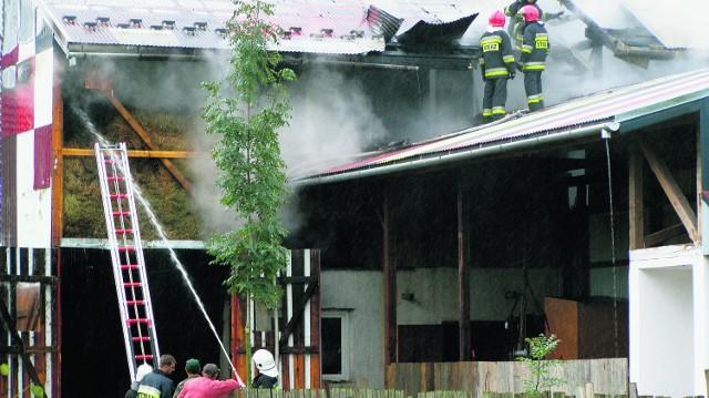 136 strażakom z powiatu nowotarskiego i tatrzańskiego w gaszeniu pożaru w Nowej Białej pomagali również mieszkańcy