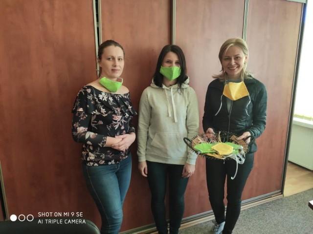 """Zespół Szkół nr 4 w Olkuszu włączył się do akcji """"Olkusz szyje maseczki dla szpitali"""", tak bardzo potrzebnych dla ludzi walczących na pierwszej linii z koronawirusem. Do akcji włączają się kolejni wolontariusze."""