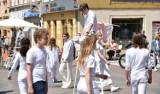 Co tu się odbywa?! Młodzi aktorzy z Zielonogórskiego Ośrodka Kultury zaskoczyli przechodniów na deptaku w centrum Zielonej Górze