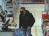 Kradzież w drogerii w Pruszczu. Policjanci szukają sprawcy. Rozpoznajesz go?