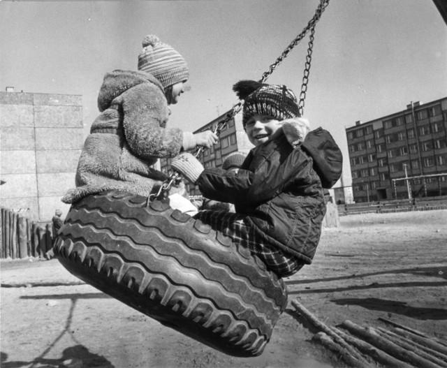 Marzec 1980 rok. Huśtawka na placu zabaw w Laskowicach Oławskich