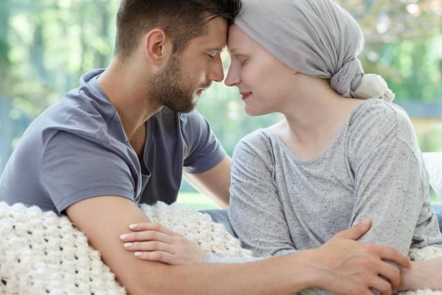 Wsparcie oferowane przez opiekunów jest dla pacjentów niezbędne, ale dla nich samych bywa trudne. Widząc ukochaną osobę zmagającą się z poważną i wyniszczającą chorobą, muszą tłumić niektóre emocje.