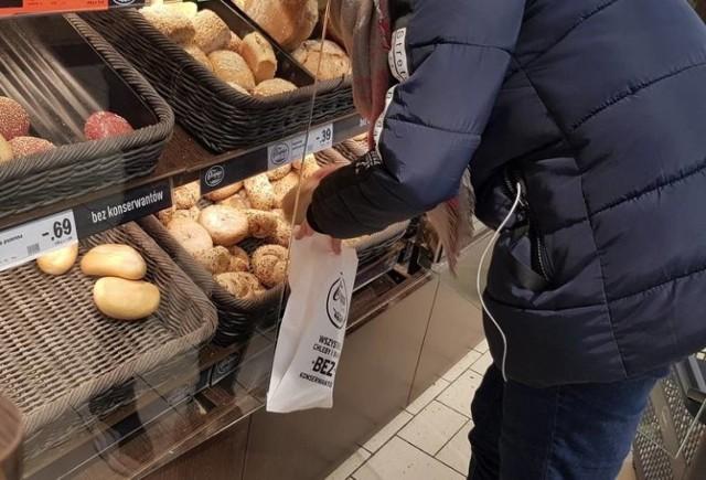 Koronawirus nie odstrasza przed macaniem bułek i chleba gołymi rękami .  Tak reagują klienci, gdy ktoś im zwróci uwagę, by nie macali chleba i bułek bez rękawiczek. Zobaczcie w dalszej części galerii!