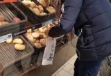Takie są reakcje klientów w sklepie po zwróceniu uwagi, by nie macali chleba i bułek bez rękawiczek [przykłady]