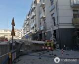 Kraków. Element rozbieranego budynku zwalił się na zamieszkały blok. Jest śledztwo